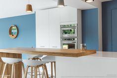 Cuisine blanc, bois, bleu pour un style épuré et moderne