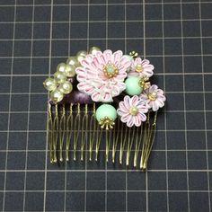 ピンクの花とヴィンテージビーズのヘアコーム - はるまい