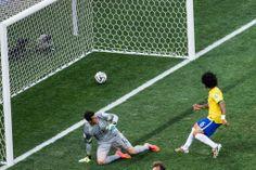 Marcelo marca um gol contra na partida contra a Croácia. Foto: Eduardo Anizelli/Folhapress