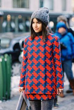 Wzorzysty płaszcz  SAMOGRAJEK Miroslava + płaszcz w duży wzór = czego więcej nam trzeba? To pozytywny przykład na to, że kolorowy płaszcz zapobiega codziennej monotonii, nawet przy odpływach inwencji i kreatywności. /Miroslava Duma  Więcej na Moda Cafe!