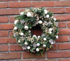 white christmas wreath kertskrans met witte decoratie en besneeuwde dadelvruchten
