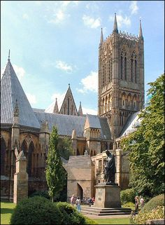 Lincoln Cathedral seen from the north east with the Tennyson Statue in the foreground. Architecture Antique, British Architecture, Lincoln Cathedral, Cathedral Church, Beautiful Buildings, Beautiful Places, Beautiful Landscapes, Cool Places To Visit, Places To Travel