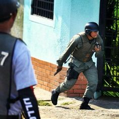 Gral Padrino,diga entonces quienes son esas personas que con uniforme de GNB disparan, torturan, matan pic.twitter.com/ZUGwn7iJXx