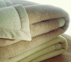 Lavare le coperte in lana non è sempre un compito facile, ma di certo non è impossibile. Seguite i nostri consigli per capire come lavarle sia a mano che in lavatrice.