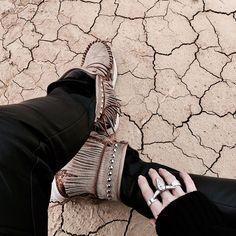 The desert 🌵  Beaucoup mais beaucoup de photos à trier, hâte de vous montrer les photos faites dans le désert des Bardenas - soon on blog ✌🏻❤ . A lot of pics to sort, so excited to show you the amazing pics of Bardenas desert - soon on blog ✌🏻❤ . #littlebohoblog #travel #nature #desert #bardenasreales #spain #trip #escape #littlebohotravel #fringed #jewelry #boho #earth #blogger #fashionblogger #bohemian