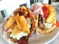 Recept om zelf een pita gyros (giros) te maken. Broodje met varkensvlees of kip, tomaat, tzatziki, ui en kruiden uit Griekenland.
