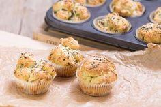 Parmazánové muffiny a česnekem jsou skvělé k dipu, salátu nebo jako příloha k lehkému hlavnímu jídlu. Dip, Cupcakes, Pasta, Bread, Breakfast, Food, Morning Coffee, Salsa, Cupcake Cakes