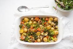 Een heerlijke ovenschotel van aardappel en broccoli, en een romig sausje van kokosmelk en kerrie. Gezond, plantaardig en heel makkelijk om te maken.