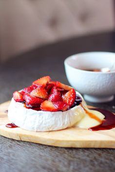 Camembert with Strawberries. Baked camembert topped with juicy balsamic macerated strawberries. Baked Camembert, Camembert Cheese, Baked Brie, Tapas, Healthy Snacks To Make, Party Dishes, Mouth Watering Food, Cheesy Recipes, Gourmet