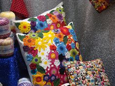 I love these pillows!  Brightly colored floral pillow - flowers are crocheted.  Almofadas de Vitrine!