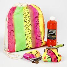 13019 Una bolsa de zapatos y un bolso pintado en los colores de neón