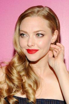 Amanda Seyfried in Cle de Peau Extra Rich Lipstick in Red Abundance
