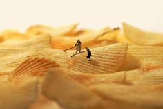 Hoe verander je koffiedrab in omgespitte aarde?  Hoe zie je in een barst van een telefoonscherm een wak waar een man onder ligt? In chips een goudgele akker die geoogst moet worden? Door er kleine poppetjes bij te zetten. De Japanse kunstenaar Tatsuya Tanaka maakt sinds 2011 elke dag een miniatuur stilleven en plaatst die op zijn kalender en op Facebook en Instagram.