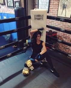 Shay Mitchell Workout Routine and Fitness Secrets. Shay Mitchell does cardio, attends boxing classes, yoga, indoor spinning workout and lot more. Shay Mitchell Workout, Shay Mitchell Body, Butt Workout, Workout Gear, Boxe Fitness, Women Boxing, Female Boxing, Style Sportif, Thigh Exercises