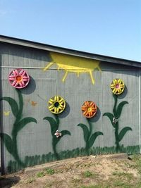Fence Flower Art using old hubcaps!