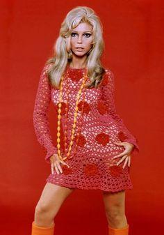 """Nancy Sinatra. Foi com o lançamento da música """"These boots were made for walking"""" que Nancy brilhou por si própria e saiu debaixo da sombra do pai Frank Sinatra. Ela é a cara da moda anos 60 – cabelos loiros estruturados, vestidos curtos e botas de cano alto."""