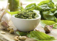 Cómo hacer la salsa pesto. La salsa pesto es una de las salsas más típicas de la gastronomía italiana y es ideal para acompañar cualquier plato de pasta. Se trata de una salsa que enriquece la comida de una manera saludable, gr...