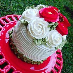 Bolo com cobertura de CHANTININHO com minha receita. Acompanhe-nos nas redes sociais Elisa Prado Cake Arts. Temos curso para aprender a fazer essas belas rosas.  Informações (62)9618-6096