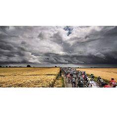 Aucune météo n'arrêtera le peloton /  No weather can stop the peloton! #TDF2015  @ashleygruber by letourdefrance