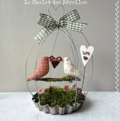 DIY Birdcage made from a vintage pie pan, wire, moss, twig, ribbon . Bird Crafts, Easter Crafts, Diy And Crafts, Christmas Crafts, Diy Projects To Try, Craft Projects, Altered Tins, Altered Art, Vintage Birds