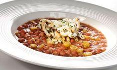 Alubias con chipirones Ingredientes (4 personas):      250 g de alubia pinta     2 chipirones o calamares     1 puerro     1 cebolleta     1 pimiento verde     1 tomate     1 diente de ajo     8 guindillas en vinagre     agua     aceite de oliva virgen extra     sal     perejil picado   Más info: http://www.hogarutil.com/cocina/recetas/legumbres/201211/alubias-chipirones-17347.html#ixzz2zjfgyjRW