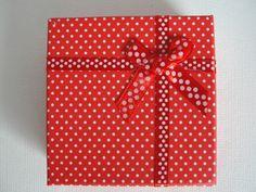 Carton de Bijou, Carré, avec une éponge, idéal pour emballer vos cadeaux. Taille: 90mm de large 90mm de long 30mm d'épaisseur. Coffret cadeau pour les anneaux ou un petit pendentif, et ont...
