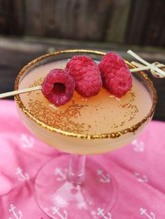 The Golden Girl Cocktail with edible glitter<3 - a link for where to buy the edible glitter!! i can neverrr find it!