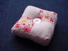 Tutos pique-aiguilles - Ma boîte à trésors Coin Couture, Pin Cushions, Coin Purse, Patches, Purses, Sewing, Mini, Crafts, Decoration