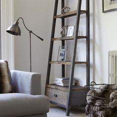 Как оригинально оформить стеллажи в интерьере дома?