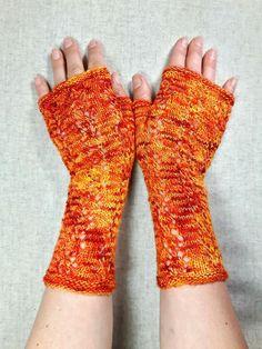 Armstulpen mit aufwändigem Lacemusterin Rot und Orange. Das Loch-Muster läuft komplett über den ganzen Handschuh. Luftige…