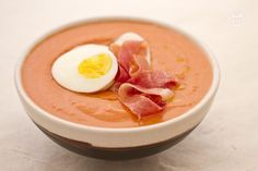 Il salmorejo è una zuppa fredda spagnola a base di pomodori, pane, aglio e olio di oliva che vengono frullati insieme ottenendo una cremosa vellutata.