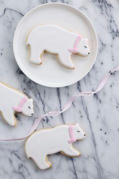 Polar Bear Sugar Cookies Recipe by Sweet Bake Shop // christmas cookies // bear cookies // holiday sweets // cookie recipe // food styling // animal cookies Noel Christmas, Christmas Desserts, Christmas Treats, Christmas Baking, Sugar Cookie Recipe Easy, Cookie Icing, Royal Icing Cookies, Bear Cookies, Drop Cookies