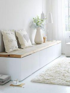 Baúl de madera, decorado con cojines, ideal para almacenar lo que nos sobre