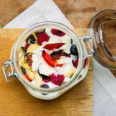Overnight Oats sind ein besonders gesundes Frühstück, das sich über Nacht praktisch wie von selbst zubereitet.