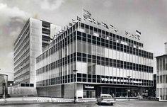 Het pand van V aan het Raadhuisplein, geheel rechts de HEMA. Op de achtergrond het Europa hotel.Dit pand verving het pand tussen de Markt en de Geleenstraat en werd geopend in 1958. De juiste datum is me helaas niet bekend, als U kunt helpen GRAAG !