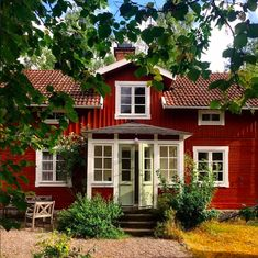 torpedo with punschveranda Swedish Cottage, Red Cottage, Cottage Style, Sweden House, Red Houses, House Siding, Small Buildings, Scandinavian Home, Classic House