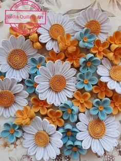 Paper Quilling Cards, Paper Quilling Flowers, Paper Quilling Tutorial, Quilling Work, Paper Quilling Jewelry, Paper Quilling Patterns, Easy Paper Flowers, Quilling Videos, Paper Quilling For Beginners