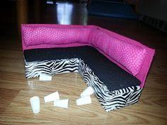 Couch aus zwei Nudelverpackungen, Füße aus Tubenverschlüssen