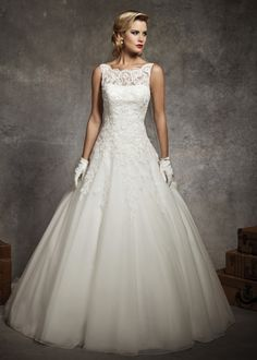 Audrey Hepburn inspired wedding dress from Justin Alexander. Style 8630 #classic #vintage #lace