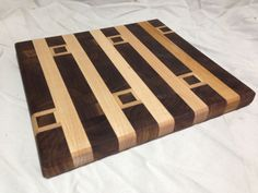 Black walnut and maple hardwood cutting board End Grain Cutting Board, Diy Cutting Board, Wood Cutting Boards, Butcher Block Cutting Board, Chopping Boards, Woodworking Guide, Custom Woodworking, Woodworking Projects Plans, Wood Glass