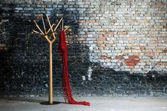 Y par Klybeck. Y est disponible en chêne, noyer américain ou frêne, huilé, son pied est en acier laqué noir, il mesure 1m75. Ce n'est pas la première fois que la forme de l'arbre est utilisée pour créer un portemanteau mais cette version est particulièrement réussie.