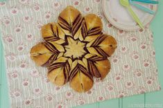 La magdalena rosa: Estrella de brioche rellena de Nutella con tutorial Cardamom Buns Recipe, Bread Art, Nutella, Christmas Baking, Relleno, Coco, Pineapple, Fruit, Phyllo Dough