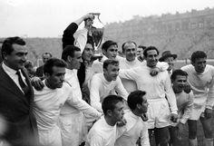 Otra imagen de esa noche legendaria en Glasgow en 1960, aquí los jugadores del Real Madrid celebran en el estadio Hampden Park después de ganar una quinta Copa de Europa consecutiva.