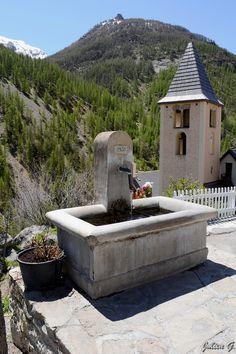 Petite fontaine à Fours-Saint-Laurent face à son célèbre petit restaurant, Alpes-de-Haute-Provence