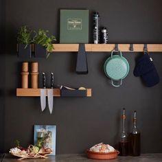 Deze slimme magnetische rail is de basis van een uiterst doordacht opbergsysteem. In zijn eentje is hij een stijlvolle messenmagneet, kookboekstandaard of wandplank. En met de bijbehorende boxen, bakjes en haken creëer je je eigen flexibele opberger. In de keuken gebruik je de Flex Rail als plank voor je beste kookboek of je favoriete kruiden. In de hal is Flex een praktische opbergplek voor je sleutels, je zonnebril en de hondenriem. #byjensen