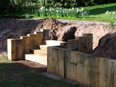 how to build a garden wall with railway sleepers Sloped Backyard Landscaping, Landscaping Retaining Walls, Sloped Garden, Railway Sleepers Garden, Oak Sleepers, Landscape Stairs, House Landscape, Sleeper Wall, Sleeper Steps