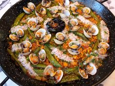 Cocinando con Lola García: Paella de galeras con guisantes tiernos y berberechos