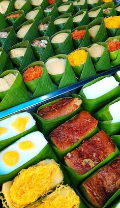 Indonesian Food Indonesian cuisine is one of the most vibrant and colourful cuisines in the world, full of intense flavour. Food N, Good Food, Food And Drink, Thai Recipes, Asian Recipes, Snacks Saludables, Thai Dessert, Food Packaging Design, Asian Desserts
