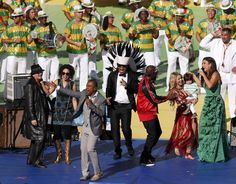 Entertainers perform during the closing ceremony at the Maracana stadium in Rio de Janeiro (L-R) Carlos Santana, Wyclef Jean (with microphone), Carlinhos Brown, Alexandre Pires, Shakira (carrying her son Milan Pique), and Ivete Sangalo perform during the 2014 World Cup closing ceremony at the Maracana stadium in Rio de Janeiro July 13, 2014. REUTERS/David Gray (BRAZIL - Tags: SOCCER SPORT WORLD CUP SOCIETY ENTERTAINMENT)