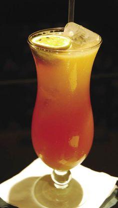 Włoski Aperol Spritz | Przepisy na drinki, koktajle alkoholowe Alcoholic Drinks, Beverages, Cocktails, Cocktail Juice, Long Drink, Hurricane Glass, Healthy Smoothies, Liqueurs, Homemade